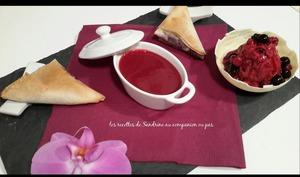 Samoussas et sa compotée de fruits rouges