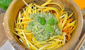 Spaghetti crus de courgettes jaunes au pesto