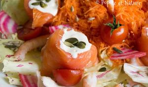 Salade à la truite fumée, aux crevettes, au fromage frais et aux petits légumes