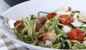 Spaghettis de courgette au pesto et tomates cerises