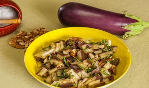 Salade d'aubergines aux raisins et aux noix