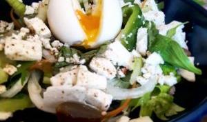 Salade de céleri branche, poivron, œuf coulant et feta