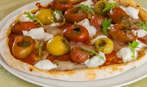 Pizza tomates cerises, pesto, pécorino et mozzarella
