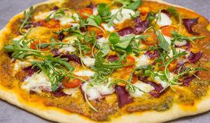 Pizza maison pesto et viande des grisons
