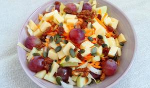 Salade d'automne carottes, pommes, raisins, endives et emmental