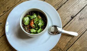 Soupe brésilienne de haricots noirs