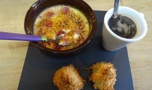 Crème brulée aux framboises et rocher coco pour un café gourmand