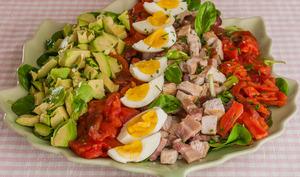Salade complète dinde, poitrine, oeufs, avocats, tomates et Cie