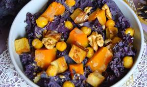 Salade au chou kale violet, potimarron, pois-chiche, tofu fumé, noix et beurre de cacahuètes