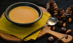 Soupe de courge muscade, lentilles corail et lait de coco