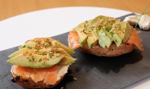 Petits pains maison, saumon et avocat