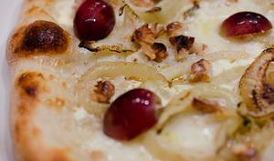 Pizza au fenouil, aux raisins et aux noix