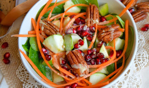 Salade crue d'épinards, patate douce, pomme verte, grenade et noix de pécan