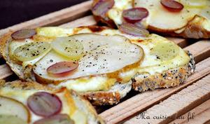 Tartines grillées aux poires, raisins et fromage de Herve