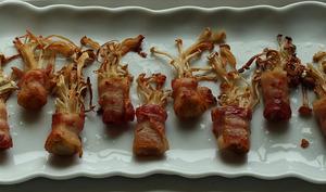 Roulés de champignons Enoki au bacon