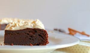 Gâteau fondant au chocolat et glaçage léger aux épices chai