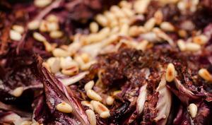 Radicchio braisés aux raisins secs et aux pignons de pin