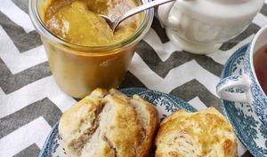 Beurre de prune à la fève tonka et scones à la farine de châtaigne