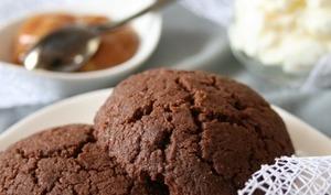 Biscuits au chocolat, chantilly verveine et caramel beurre salé,bio, sans oeufs ni gluten