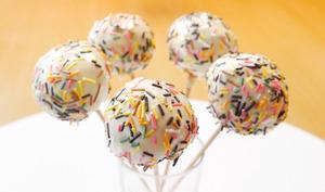 Cake pop arc-en-ciel