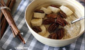 Porridge végétalien cru au lait d'amandes et fruits secs
