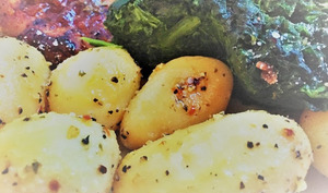 Saumon au miel, sauce yaourt et moutarde, épinards sautés