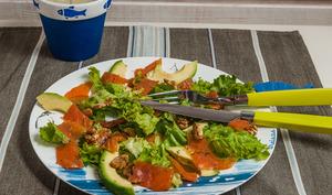 Salade de truite, avocat et noix