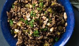 Salade épicée de riz complet, choux de Bruxelles et cacahuètes