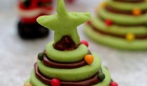Sapin de Noël en petite piéce montée de biscuits