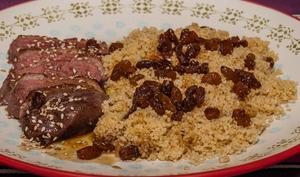 Magret de canard et semoule aux épices et raisins