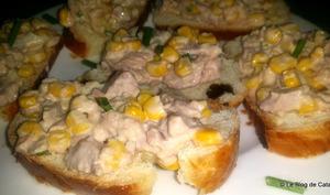Salade thon, mais et mayonnaise sur pain brioché