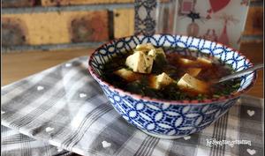 Soupe miso et wakamé au tofu aux herbes