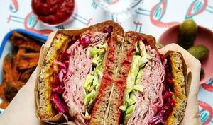 Sandwich pastrami et légumes croquants en pickles