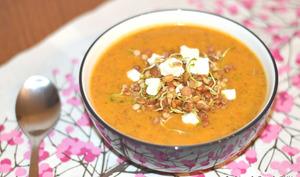 Soupe de lentilles germées au curry et à la féta