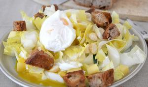 Salade d'endives au comté et aux amandes avec ses croûtons et son oeuf poché