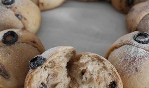 Couronne de petits pains de Noël aux olives noires