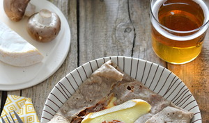 Galette de sarrasin aux champignons, sauce tomate et reblochon