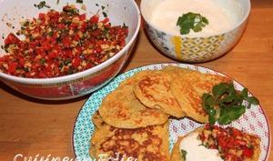 Blinis de patates douces, salsa de poivrons, et dips à l'ail