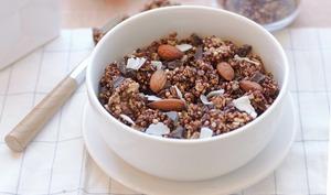 Granola au chocolat, amandes, noix de coco et quinoa soufflé