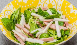 Salade de mâche, cervelas et radis noir