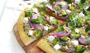 Pizza aux brocolis, feta et oignons rouges