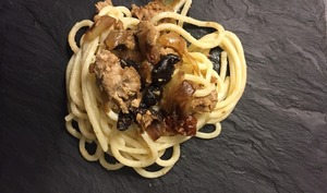 Spaghetti au thon et oignons caramélisés