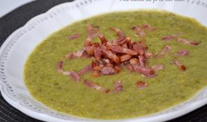 Soupe aux choux de Bruxelles, laitue, maïs et lardons fumés