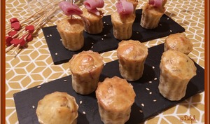Minis cannelés au yaourt, bacon et sésame grillé