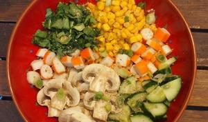 Buddha bowl au surimi, champignons, roquette et maïs