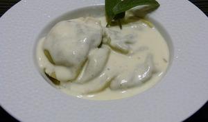 Raviole aux épinards chèvre frais ricotta et pignons sauce au parmesan
