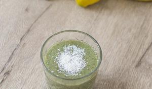 Green smoothie superfood - banane, kale, citron, coco
