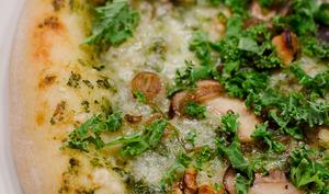 Pizza aux champignons et au chou kale