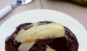Bowlcake à l'avoine, poire et coulis de chocolat