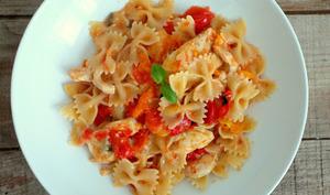 Poêlée de poulet, tomates cerises, parmesan et farfalle